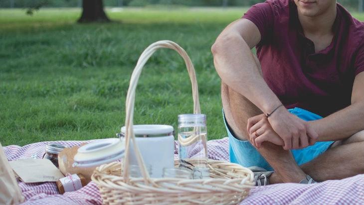 Ein Picknick zwischendurch trägt zum Glücklichsein bei
