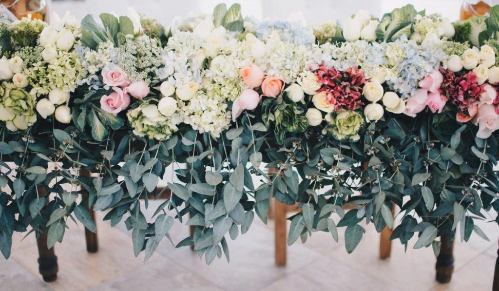Zahlreiche Blumen nebeneinander aufgereiht