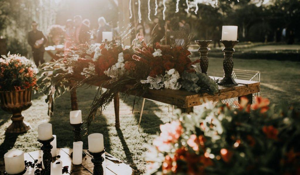 Blumendeko und Kerzenständer im Garten