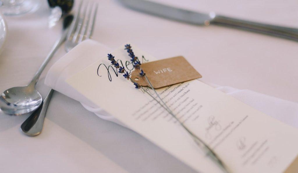 Hochzeitsmenü mit kleinem Lavendelzweig