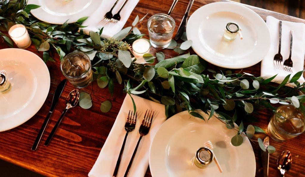 Eingedeckter Tisch mit Eukalyptuszweigen